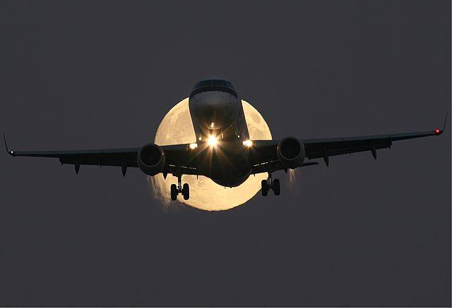 Embraer_ERJ-170_in_full_moon
