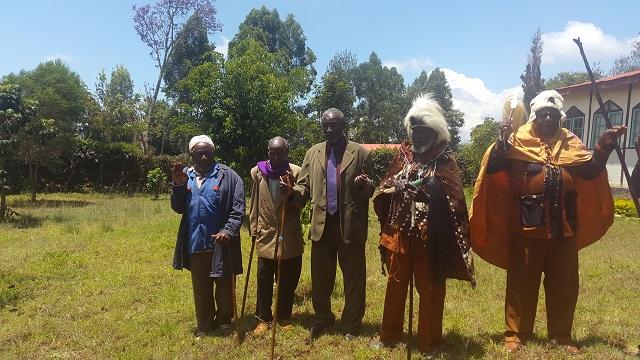 Kikuyu elders praying for Uhuru Kenyatta and his ICC case facing Mount Kenya